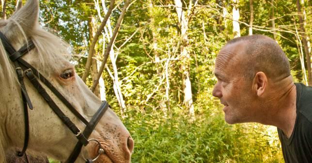 Peter Øvig og hesten Frede. Øvig søger praktikant til arbejde med bz-bog