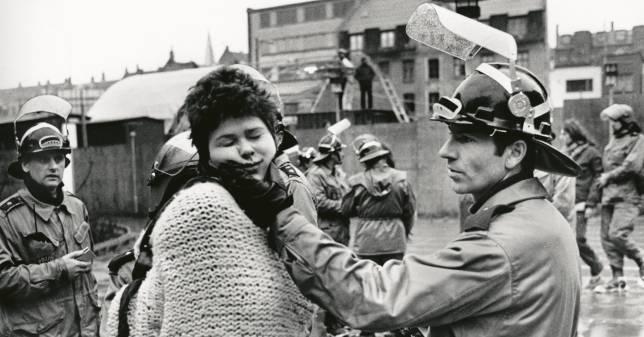 Birgitte Feiring alias BZ'eren Bibber i nærkontakt med politiet under rydningen af det besatte hus Bazooka på Nørrebro, januar 1983. Foto fra bogen: Heine Pedersen